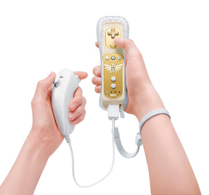 Wiimote dorée et son nunchuck tenue à deux mains (Image diverse - Wiimote dorée - Skyward Sword)